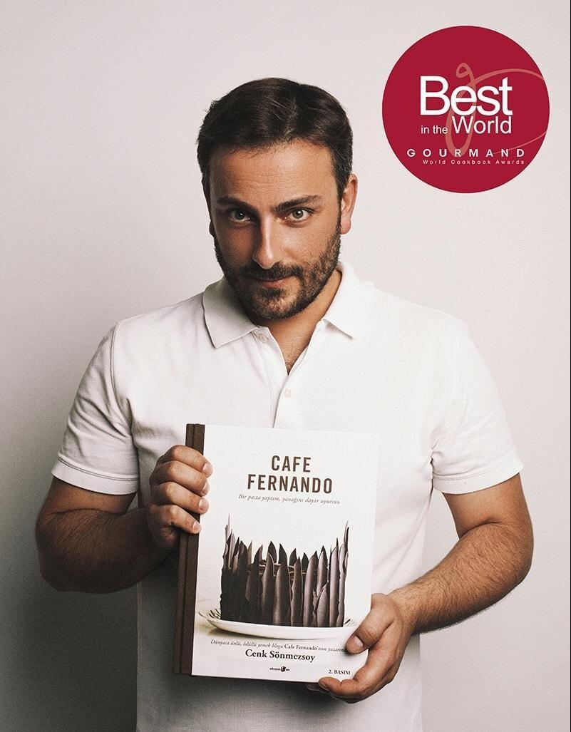 """Dünyaca ünlü, ödüllü yemek blogu Cafe Fernando'nun yazarı Cenk Sönmezsoy'un kitabı """"Cafe Fernando – Bir pasta yaptım, yanağını dayar uyursun"""", gastronomi dünyasının en prestijli uluslararası ödülü olarak kabul edilen Gourmand Dünya Yemek Kitapları Ödülleri'nin blogger kategorisinde Dünya Birincisi seçilmişti. Bu kitabı Cenk Sönmezsoy imzasıyla sizlere sunuyoruz…     Yemek yapmayı seven okurlarımız için […]"""